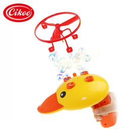 Arma elétrica kid on-line-Voando Pato Amarelo Máquina Elétrica Bolha Girando Saboneteira Blower Blaster Toy Gun Esportes Ao Ar Livre Esportes Pinic Praia Crianças Brinquedos
