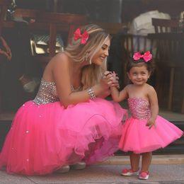 2019 bola de pena barato Rosa quente Flor Menina Vestidos Robes de fete Meninas Formais Vestidos 2019 Curto Mini Mãe e Filha Vestido Tamanho Personalizado