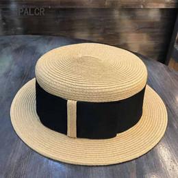 24b7394bb26ce QPALCR Haute Qualité D'été Plat Top Hat Rétro Ruban Soleil Paille Chapeaux  Unisexe Chapeau De Plage De Paille De Voyage Pour Les Femmes