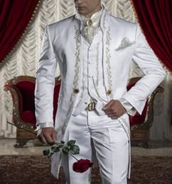 Smoking dourado on-line-Estilo clássico de Ouro Bordado Noivo Smoking Padrinhos Brancos dos homens de Casamento Prom Ternos Blazer Com Calças (Jaqueta + Calça + Colete)