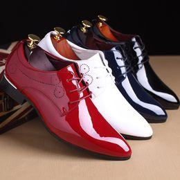 Argentina Más el tamaño 38-48 zapatos de vestir de los hombres de charol de lujo de la moda del novio del banquete de boda de los hombres zapatos Oxford Derby Suministro