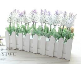 Cerca de la flor artificial online-Nuevo diseño 30cm valla de madera florero + flores Eugene flor rosa y margarita flor artificial set flores de seda para la decoración del escritorio del hogar
