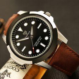 2018 Luz de Noche Reloj de Cuarzo de Los Hombres Reloj Deportivo Correa de Cuero Reloj de pulsera Moda Verde Impermeable Relojes Para Hombre Al Por Mayor desde fabricantes