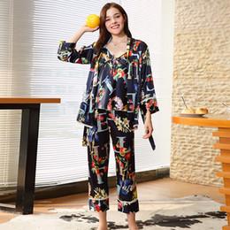 bba116f2b66 Женщины Пижамы Осень Новая Сексуальная Мода Пижамы Гостиная Женский Сон 3  Шт. Набор Топы + Брюки + Халат Пижамы Искусственный Шелк Sleepwea