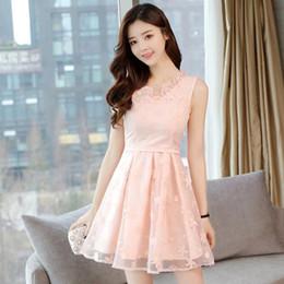 vestido de malla bordada Rebajas 2018 Summer New Boutique Temperament Vestido de encaje bordado Mujeres Fashion Mesh Sleeveless Costura Vestido de color rosa Mujer LO Ropa de oficina Dre