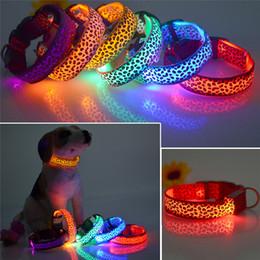 Fluoreszierende hundehalsbänder online-LED Hundehalsband Sicherheit Leopard Design Nylon Nachtlicht Halskette für Hund Katze im Dunkeln leuchten Blinkende Pet Decor Fluorescent leucht