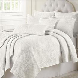 Régler le climatiseur en Ligne-Ensemble de couverture de lit de coton matelassé blanc brodé Ensemble de douillette de climatiseur 225 * 260cm avec 2 pcs taie d'oreiller 50 * 70cm