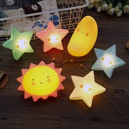 iluminación de la estrella del sol Rebajas 19 Estilos Ins LED Sun Moon Stars Ilumina el dormitorio Lámpara de juguetes para niños Pasatiempos Novedad Gag Light-Up Regalo de Navidad