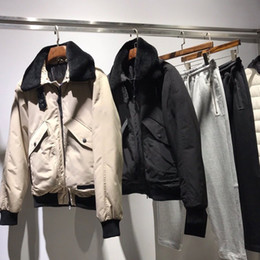 Chaqueta de piel de color caqui de los hombres online-Abrigo de lujo Europen cuello de piel de cordero de la fuerza aérea abajo de la chaqueta de alta calidad cómodo negro caqui negro hombres y mujeres chaqueta de pareja HFSSJK132
