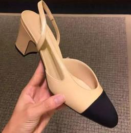 Argentina Designer Calfskin Women Catwalk Kitten Tacones Bombas Slingbacks Sandalias Mules Flats Beige Gray Dress Zapatos de boda con caja original Suministro