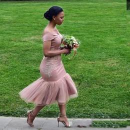 Off chá vestidos de casamento de comprimento on-line-Elegante Pálida Mauve Off The Shoulder Vestidos de Dama de honra Applique Chá Comprimento Sereia Convidado Do Casamento Vestidos Maid Of Honor Vestidos de Cocktail Vestido