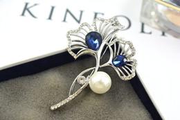 Platinado banhado acessórios broche moda azul Cristal Rhinestone Sapphire broche de pérola Ginkgo folha biloba parágrafo casaco pin montagens supplier blue sapphire pearl de Fornecedores de pérola de safira azul