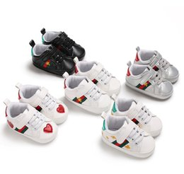 Wholesale heart hooks - Infant boy stripe sneakers baby girls bees embroidery first walker fashion love heart pattern non-slip outdoor shoes for kids designer Y4382