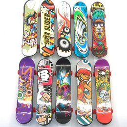 giocattoli mini scooter Sconti Mini Finger Skateboard 9.5 CM Colore Casuale Mini Fingerboard Scooter Skate Board Bomboniere Regalo Educativo Giocattoli Per I Bambini LC843