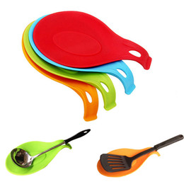 Ложка шпателя онлайн-Силиконовый теплостойкий ложка вилка коврик остальные принадлежности лопатка держатель кухня инструмент случайный цвет Бесплатная доставка