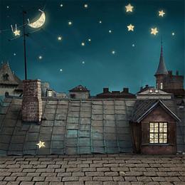 Foto della città di notte online-Night Sky Moon Stars Photography Fondali Brick Floor Stampato Tetto Edifici City View Bambini Bambini Matrimonio Studio fotografico Sfondi
