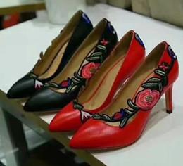 Nom de marque classique femmes haut talon 8 cm chaussures décontractées nouveau créateur de mode fleur 3D broderie noir et rouge sexy soirée soirée chaussures de mariage ? partir de fabricateur
