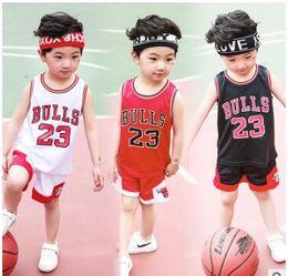 2019 niña al por mayor camisetas Ropa de los niños a estrenar Juego de pelota de baloncesto Niño pequeño para niñas Verano Deportes ocasionales Juego de 2 piezas Juego de baloncesto de baloncesto para niños Camiseta Shorts Envío gratuito