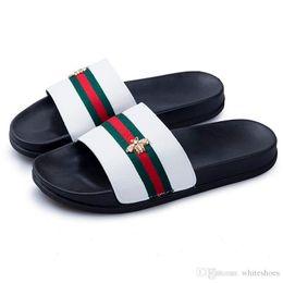 Marca de lujo Little Bee Designer Men Summer Sandalias de goma Beach Slide Fashion Scuffs Zapatillas Zapatos de interior 8717 desde fabricantes