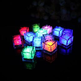 Brillan los cubos de hielo ligero online-Luces LED de fiesta que cambian de color LED cubitos de hielo Cubos de hielo que brillan intensamente Parpadeando Intermitente Novedad Party Supply 150pcs