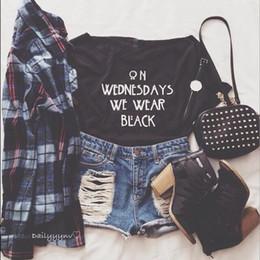 2019 chicas negras vistiendo casuales LOS MIERCOLES LLEVAMOS NEGRO Camiseta Girls Fashion Slogan Tumblr Style Casual Tops Tee Amer camisetas grunge goth tendencia camisas de algodón chicas negras vistiendo casuales baratos