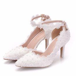 Canada New Summer élégant bout pointu chaussures pour femmes fleurs de dentelle blanche à talons hauts chaussures de mariage perles talons épais élégants Plus Size Shoes cheap elegant white lace heels Offre
