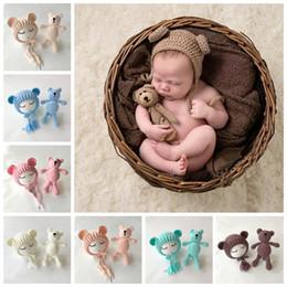accesorios hechos a mano Rebajas Fotografía de bebé accesorios sombreros y juguetes de oso conjunto hecha a mano de tejer recién nacido fotografía Prop Little Bear gorras GGA1087