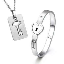 2019 bracelete 2 pcs Set New Aço Inoxidável Prata Amor Coração Bloqueio Pulseira Combinando Chave Tag Pingente de Colar Casal conjunto bracelete barato