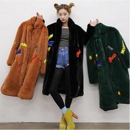 2017 Mulheres Inverno de Alta qualidade Carta Bordado Peludo Shaggy Longo Casaco De Pele Falso Lapela Casacos Outerwear Quente de