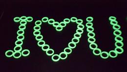 Пластиковые пакеты онлайн-SF 100 шт. / пакет дешевые пластиковые световой кольцо Хэллоуин танец маскарад аксессуары женщины группа кольца пластиковые зеленый флуоресцентные кольца
