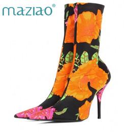 Medias de punto online-MAZIAO Floral tela elástica de las mujeres botas de calcetín punta estrecha Mid-Calf Mujer Botas de marca de diseño de tacón alto tamaño 34-44