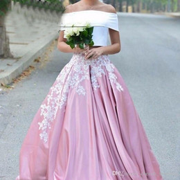 Barato rosa puffy vestidos de baile online-Blanco y rosa Puffy Prom Party Dresses Apliques africanos árabes 2017 Barato del hombro Dos piezas largas Vestidos de noche