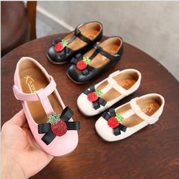 2019 мягкая подошва Детская обувь девушки Принцесса PU обувь Мода мультфильм новорожденный ребенок ходунки мягкой подошвой лук клубника шаблон обувь для девочек 10 шт. / лот YL433 дешево мягкая подошва