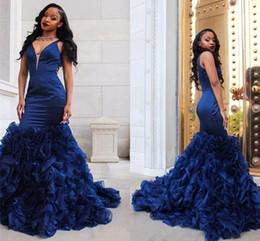 2019 indossare gonna blu reale African Black Girl Royal Blue Mermaid Prom Dresses Sexy scollo a V senza maniche Ruffles Organza Gonna abiti da festa formale Abiti da sera HY219 indossare gonna blu reale economici