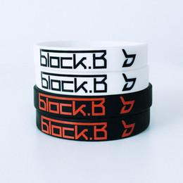 2ae1ea6cb 2 PCS Coréia Kpop BLOCK.B logotipo Preto Branco Silicone Pulseira Ginásio Esportes  Pulseiras para Homens e Mulheres Acessórios logotipo do esporte pulseira ...