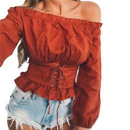 Largo cinturón negro online-Sexy fuera del hombro blusa de las mujeres con cordones blusa con volantes primavera verano de manga larga con cinturón superior negro blanco