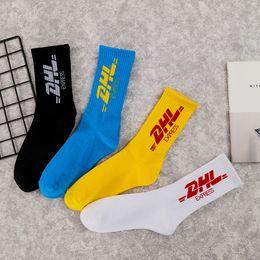 Calcetines altos femeninos online-Marca de marea de alta calidad femenina medias masculinas calle tubo medio universidad carta de viento de algodón dhl skateboard deportes calcetines