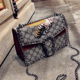 Bolsos de diseño rojo negro online-2018 Nueva Marca de Moda Bolsos Bordado Cruz Bees Wine God Bag Hombro Cadena de Bolsos de Diseño de Alta Calidad Rojo Marrón Negro Color