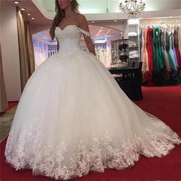 Vestidos de noiva de tule branco on-line-Fora Do Ombro Lace Vestido de Baile Vestidos de Casamento 2018 Querida Vintage Frisado Branco Tulle Custom Made Vestido De Casamento Espartilho Backless Vestidos de Noiva