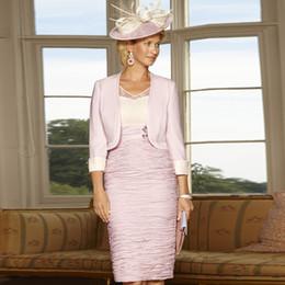 Vestito increspato rosa pallido online-Ginocchio rosa pallido Lunghezza al ginocchio Abiti per la madre della sposa Scollo a V Gonna arricciata Abito da sera Perline di raso Abito da sera formale