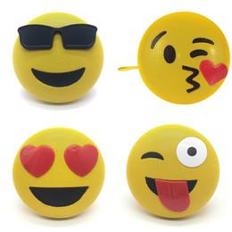 bluetooth amarillo Rebajas Caja de altavoces portátil de plástico Control inalámbrico Bluetooth de emoción Mini Emoji Sound con soporte Lanyard Venta caliente 42dx hh