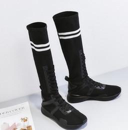 Doce novo preto / branco de malha meados de bezerro sapatos rodada Toe plana com banda estreita Sapatos de mulheres cor misturada tamanho grande botas de mulheres de