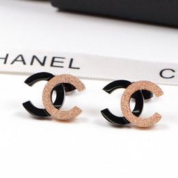 Goujon en acier titane de marque de luxe pour les femmes Marque de luxe Marque Lady boucles d'oreilles Lettre Couple boucle d'oreille Bijoux ? partir de fabricateur