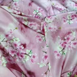 розовый измеритель ткани Скидка Печатный стрейч шелк шармез ткань розовый персик цветок печати 108 см diy швейные мода одежда ткань цветочные продать по метру