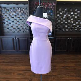 Uma bainha ombro curto vestidos de noiva on-line-Lavanda Curto Dama De Honra Vestidos De Um Ombro De Cetim Bainha Na Altura Do Joelho Vestidos De Convidados Do Casamento Dama De Honra Vestidos De Festa