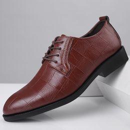платье обувь для мужчин официальная обувь мужская свадебная обувь плиссированные черный коричневый повседневная большой размер scarpe uomo eleganti zapatos de vestir hombre cheap formal casual brown shoes от Поставщики формальные повседневные коричневые туфли