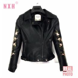 2020 chaquetas bordadas para mujer NXH 2018 Womens Punk Clásico chaqueta de cuero con cremallera Otoño Invierno Buena Calidad Motocicleta Bordar Negro PU Coat FAUX suave solapa rebajas chaquetas bordadas para mujer