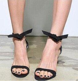 Estilos de corbata de lazo de las señoras online-Zapatos de diseñador de las señoras del estilo simple de tacón alto 2018 Sandalias para mujer pajarita sandalias de tobillo elegante elegante vestido de fiesta zapatos
