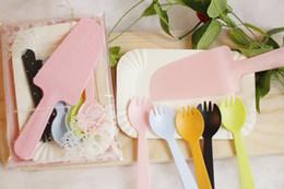 Tenedores de cuchillo de fiesta de plastico online-Mas barato !!! Cuchillo y tenedor desechables, cubiertos, vajilla, plástico, vajilla desechable, servicio de cena para cumpleaños, banquete de boda