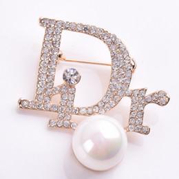 Argentina Mujeres niñas diseñador de la marca letras broche de perlas de diamantes de imitación de lujo del broche del traje de la solapa pin marca famosa regalo de la joyería para el amor supplier rhinestone letters pins Suministro